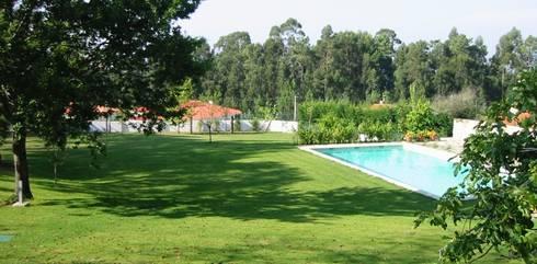 Jardim Vila Nova de cerveira: Jardins modernos por Neoturf