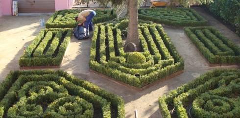 Jardim de habitação particular no Porto: Casas de banho rústicas por Neoturf