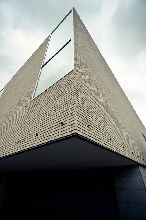 Le Cube Blanc: Fenêtres & Portes de style de style Moderne par Luc Spits Architecture