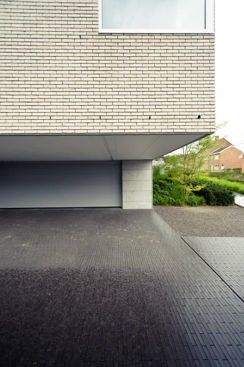 Le Cube Blanc: Garage / Hangar de style  par Luc Spits Architecture