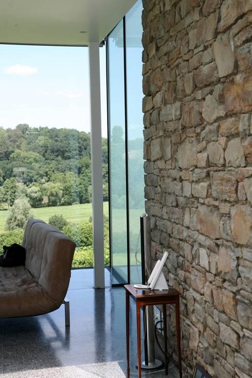 25 mct: Murs & Sols de style  par Luc Spits Architecture