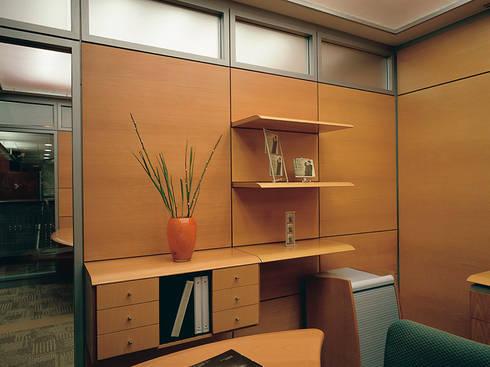 3070 / Muros Funcionales: Oficinas y tiendas de estilo  por Riviera