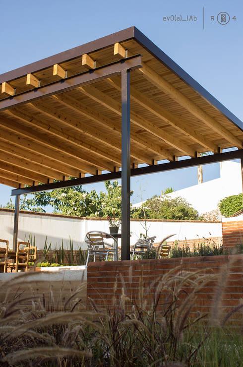 Techumbre de madera: Terrazas de estilo  por Región 4 Arquitectura