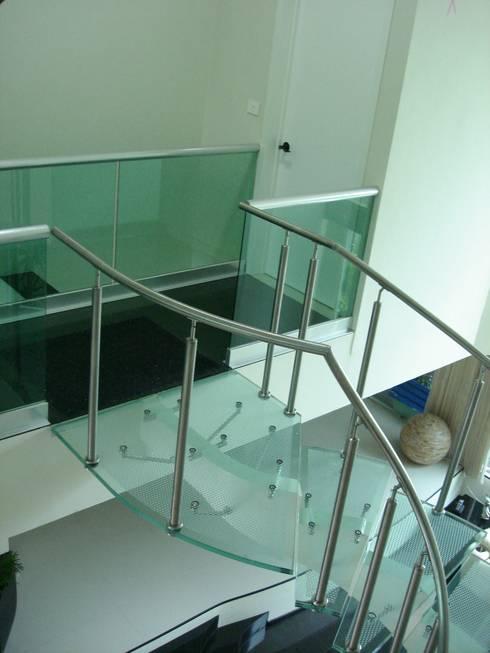 Escalera de Cristal Laminado con Pasamanos y Herrajes de Acero Inoxidable - Vista 2: Pasillos y recibidores de estilo  por INGENIERIA Y DISEÑO EN CRISTAL, S.A. DE C.V.