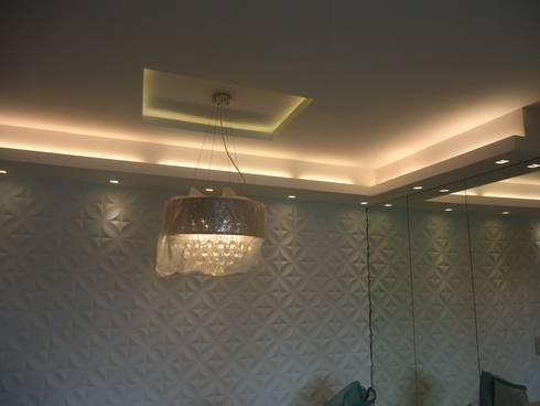 APTO ICARAÍ: Sala de jantar  por Claudia Fonseca Designer de Interiores