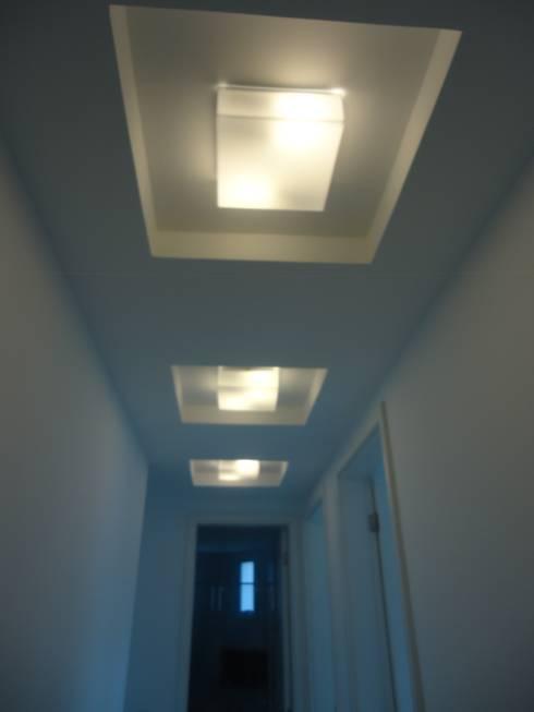 APTO ICARAÍ: Corredor, vestíbulo e escadas  por Claudia Fonseca Designer de Interiores
