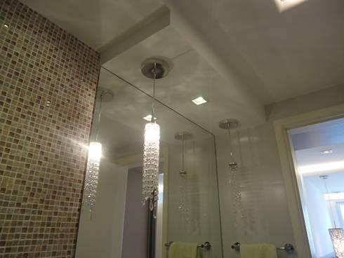 APTO ICARAÍ: Banheiro  por Claudia Fonseca Designer de Interiores