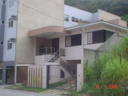 Em terreno em aclive, moradia de casal jovem com dois filhos pequenos.: Casas tropicais por Solange Figueiredo - ALLS Arquitetura e engenharia