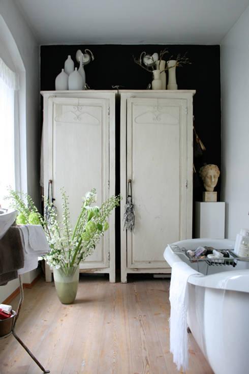 bagno: Bagno in stile  di conscious design - interiors