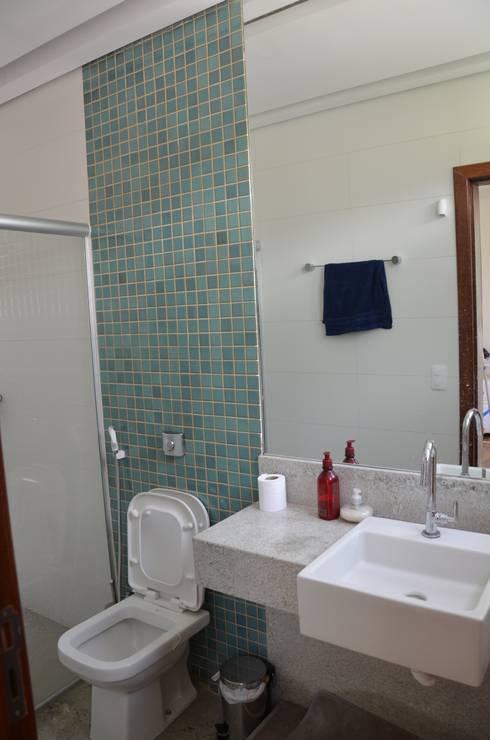 Suíte de hóspedes 1: Banheiros minimalistas por Solange Figueiredo - ALLS Arquitetura e engenharia
