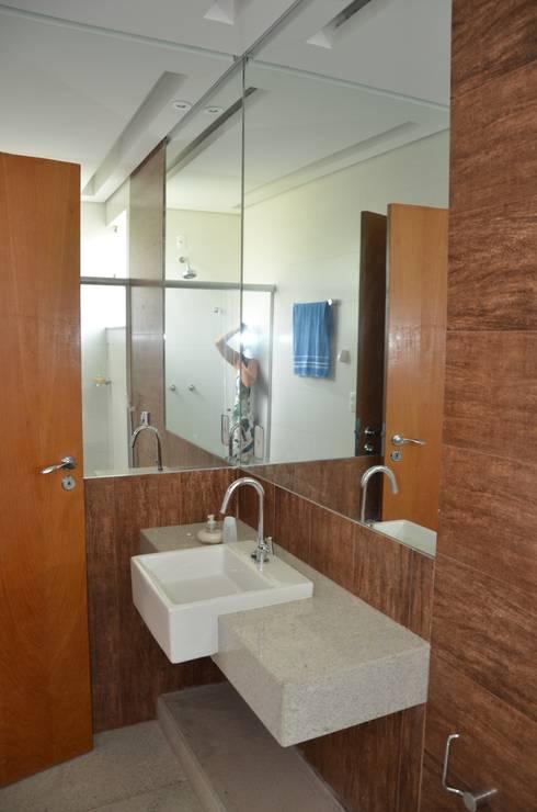 Suíte master : Banheiros minimalistas por Solange Figueiredo - ALLS Arquitetura e engenharia