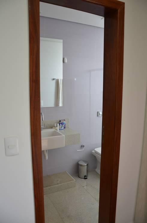 Suíte filha mais velha.: Banheiros minimalistas por Solange Figueiredo - ALLS Arquitetura e engenharia
