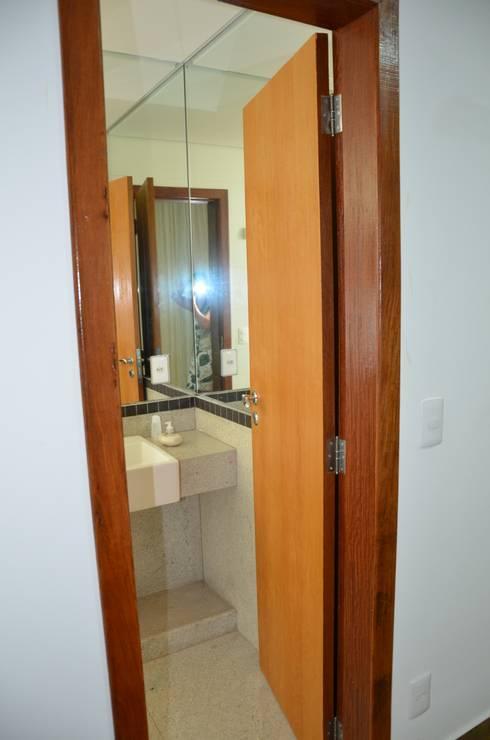 Suíte da filha mais nova: Banheiros minimalistas por Solange Figueiredo - ALLS Arquitetura e engenharia