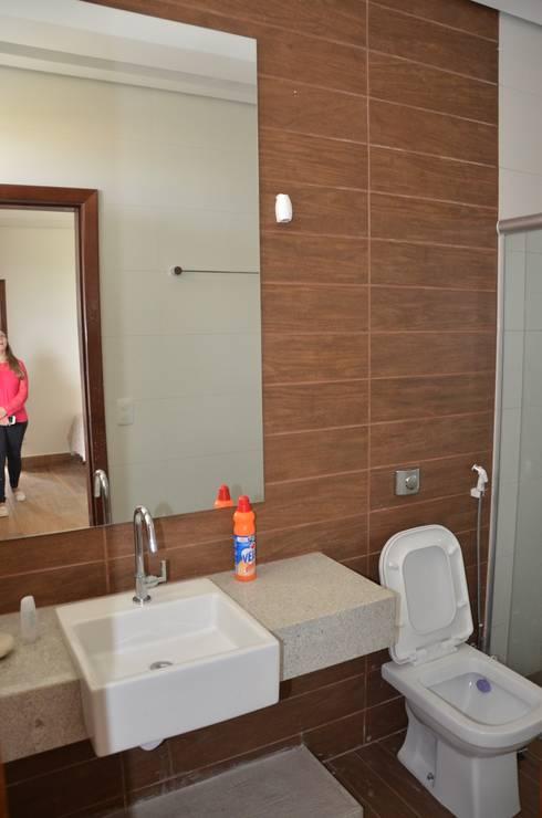 Suíte de hóspedes 2: Banheiros minimalistas por Solange Figueiredo - ALLS Arquitetura e engenharia