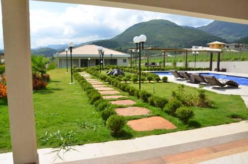 Casa e Varanda de lazer afastados.: Casas campestres por Solange Figueiredo - ALLS Arquitetura e engenharia