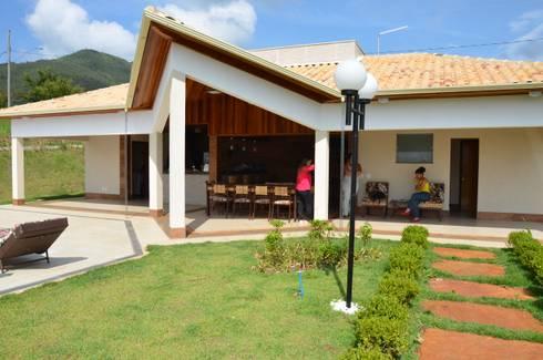 Varanda de lazer rústica: Casas campestres por Solange Figueiredo - ALLS Arquitetura e engenharia