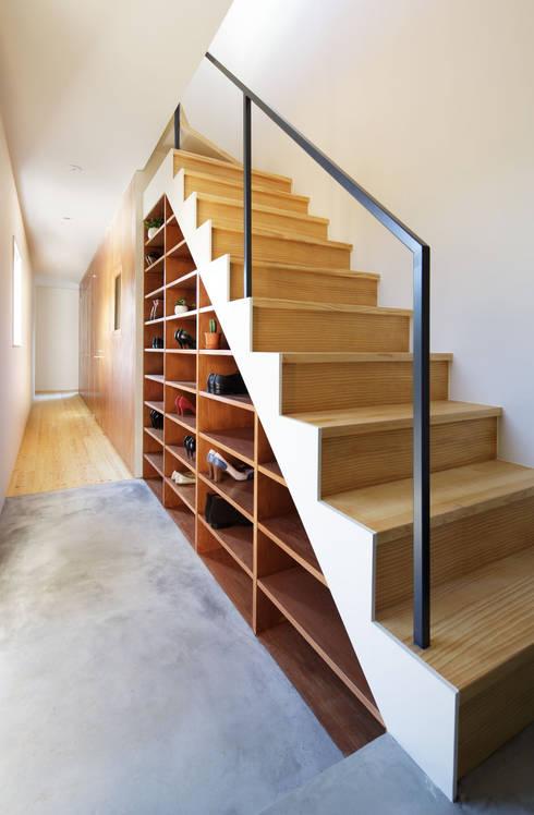 KMA しかくい空: 板元英雄建築設計事務所が手掛けた廊下 & 玄関です。