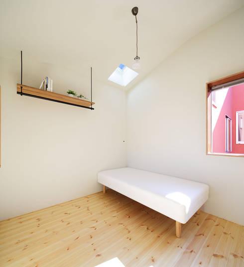 KMA しかくい空: 板元英雄建築設計事務所が手掛けた寝室です。
