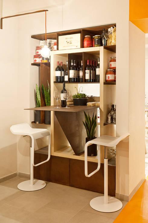 Accà Ristopizzaperitivo: Bar & Club in stile  di Emanuela de Caro