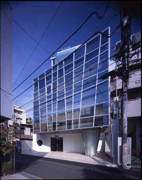 西側外観: Guen BERTHEAU-SUZUKI  Co.,Ltd.が手掛けたオフィスビルです。