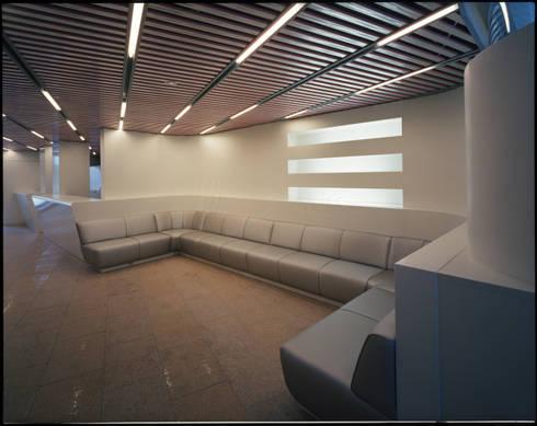1階待ち合いコーナー: Guen BERTHEAU-SUZUKI  Co.,Ltd.が手掛けたオフィスビルです。