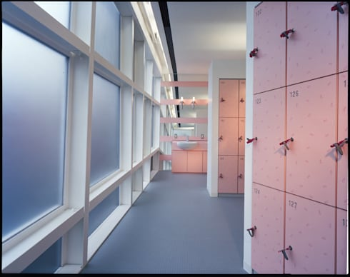女子更衣室: Guen BERTHEAU-SUZUKI  Co.,Ltd.が手掛けたオフィスビルです。