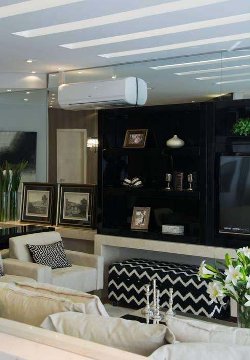 Projeto com toques masculinos para um jovem solteiro: Salas de estar modernas por marli lima designer de interiores