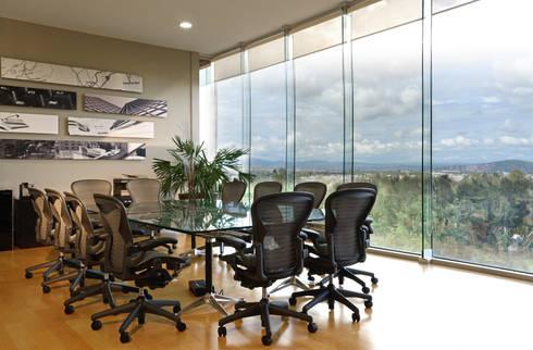 Sala de juntas : Edificios de Oficinas de estilo  por VICTORIA PLASENCIA INTERIORISMO