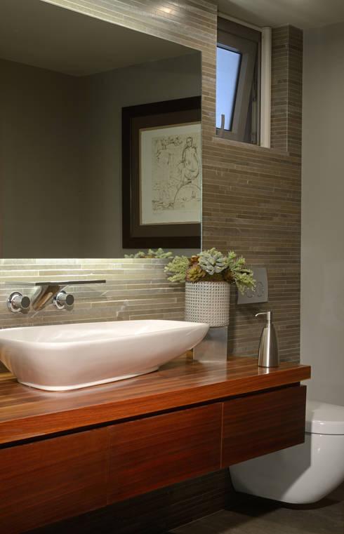 Baño de visitas: Baños de estilo  por VICTORIA PLASENCIA INTERIORISMO