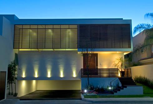 Fachada: Balcones y terrazas de estilo moderno por VICTORIA PLASENCIA INTERIORISMO