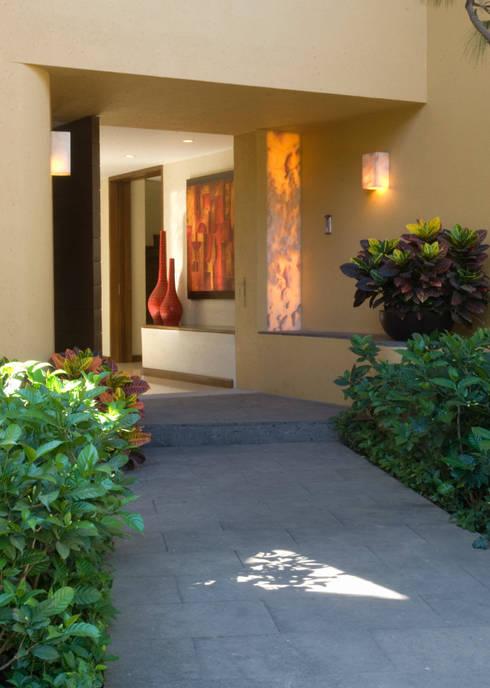 Ingreso: Casas de estilo moderno por VICTORIA PLASENCIA INTERIORISMO
