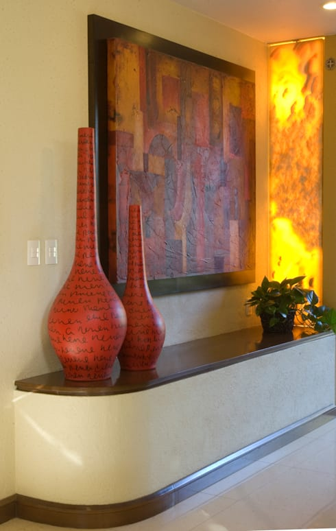 Ingreso: Pasillos y recibidores de estilo  por VICTORIA PLASENCIA INTERIORISMO