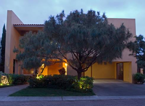 Fachada: Casas de estilo moderno por VICTORIA PLASENCIA INTERIORISMO