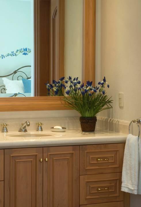 Baño: Baños de estilo  por VICTORIA PLASENCIA INTERIORISMO