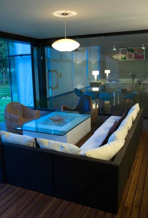 Terraza: Balcones y terrazas de estilo minimalista por VICTORIA PLASENCIA INTERIORISMO