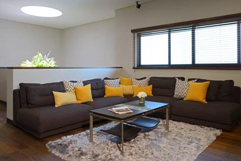 Sala de TV: Salas de estilo moderno por VICTORIA PLASENCIA INTERIORISMO