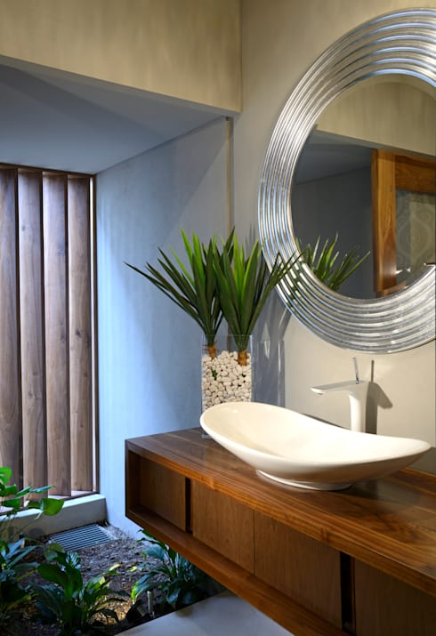 Bathroom by VICTORIA PLASENCIA INTERIORISMO