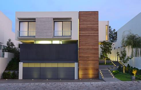 Fachada casa Veintiocho: Paisajismo de interiores de estilo  por VICTORIA PLASENCIA INTERIORISMO