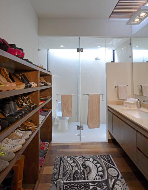 Baño : Baños de estilo  por VICTORIA PLASENCIA INTERIORISMO