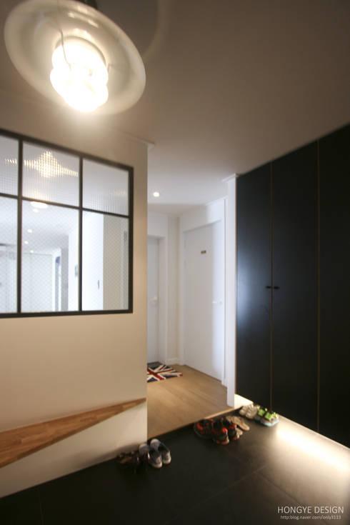 120인치 스크린이 우리집 거실에, 40py 모던한 인테리어 : 홍예디자인의  복도 & 현관