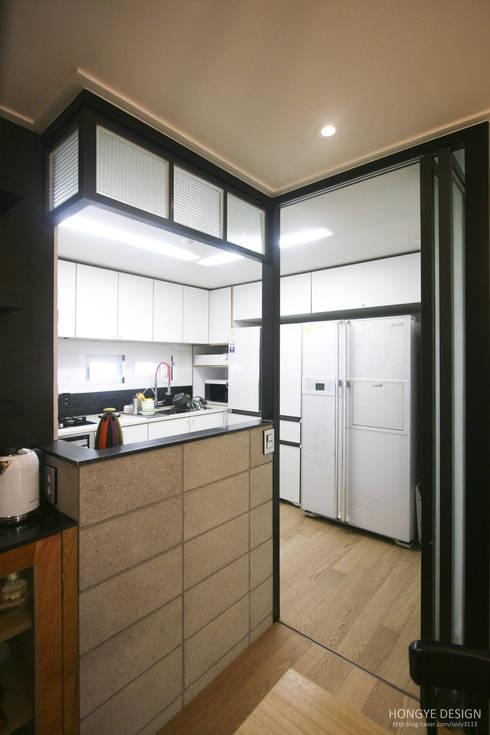 120인치 스크린이 우리집 거실에, 40py 모던한 인테리어 : 홍예디자인의  주방