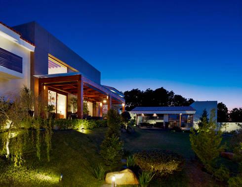 Fachada Lateral: Balcones y terrazas de estilo moderno por VICTORIA PLASENCIA INTERIORISMO