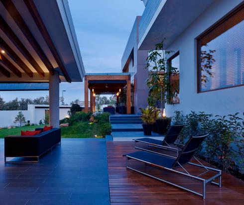 Terraza: Balcones y terrazas de estilo moderno por VICTORIA PLASENCIA INTERIORISMO