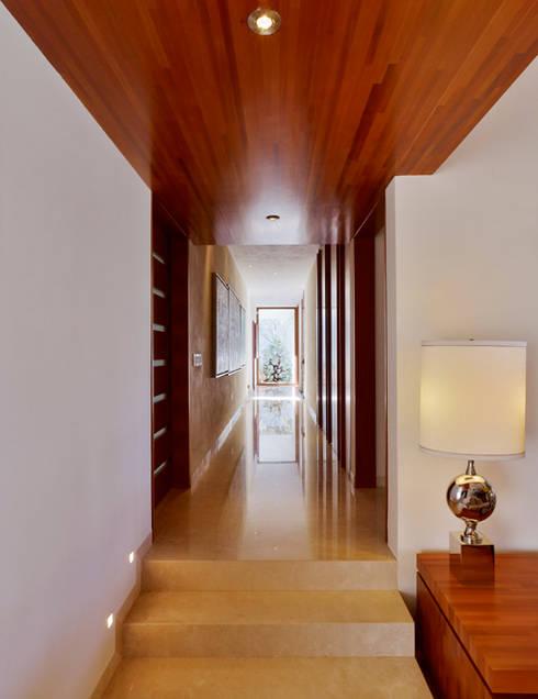 Pasillo : Vestíbulos, pasillos y escaleras de estilo  por VICTORIA PLASENCIA INTERIORISMO