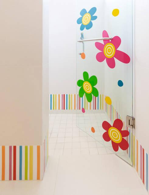 Baño niña: Baños de estilo  por VICTORIA PLASENCIA INTERIORISMO