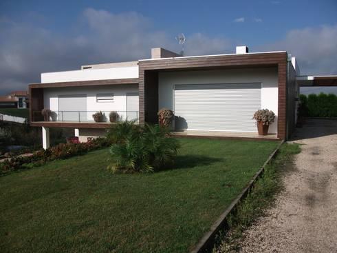 Moaradia Unifamiliar: Casas modernas por Paulino Oliveira