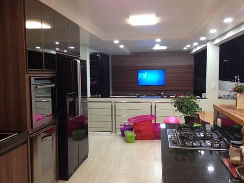 Depois: Uma ampla sala com vários ambientes.:   por Solange Figueiredo - ALLS Arquitetura e engenharia