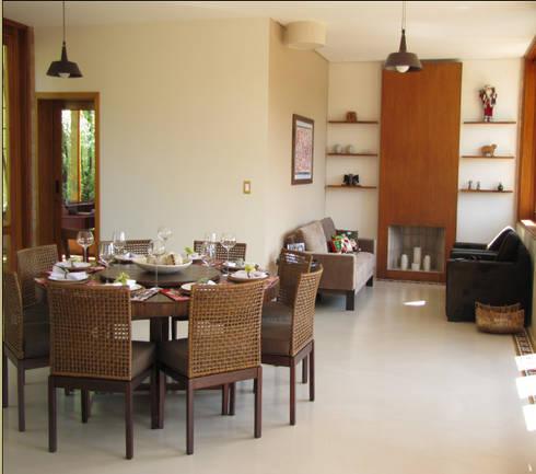 Casa de Campo em Atibaia: Salas de jantar campestres por GATE Arquitetos Associados