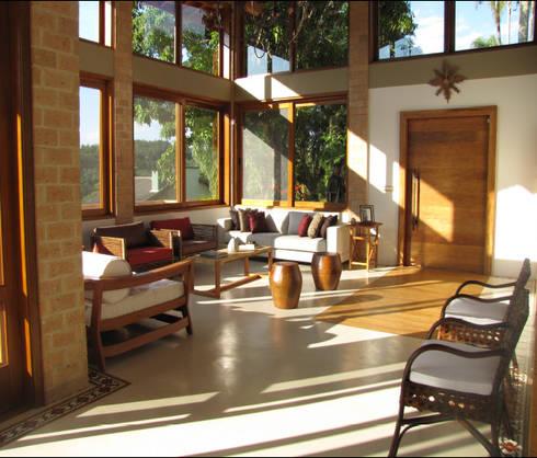 Casa de Campo em Atibaia: Salas de estar campestres por GATE Arquitetos Associados