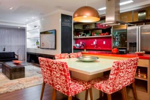 Living e cozinha integradas: Salas de jantar modernas por Priscila Koch Arquitetura + Interiores